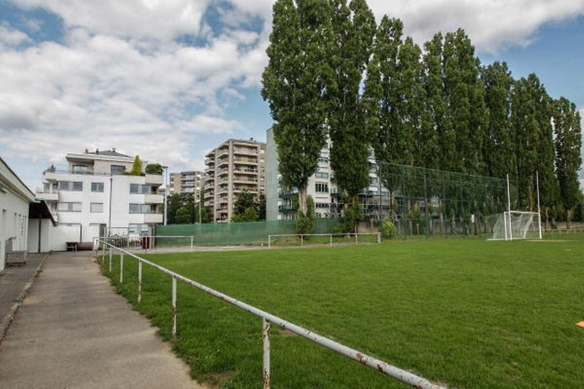 """Das Fußballfeld in Weimerskirch soll im Hinblick auf das Projekt """"Schoettermarial"""" weichen. Das gefällt einigen Anrainern überhaupt nicht. Bürgermeisterin Lydie Polfer versprach Ersatz."""