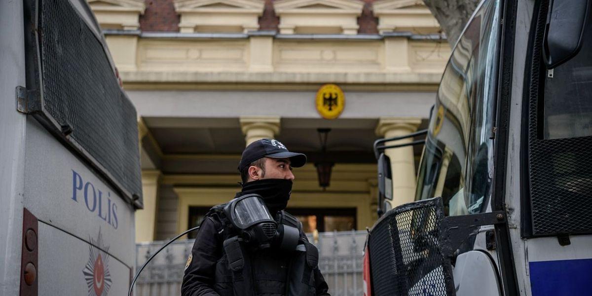 Vor dem deutschen Konsulat in Istanbul haben Sicherheitskräfte Stellung bezogen.