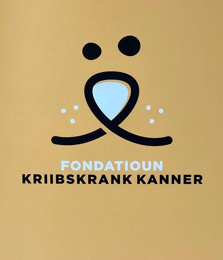 Das neue Logo zeigt die Schnauze eines Löwen in Form einer Schleife. Es soll auf das Maskottchen der Stiftung, den Löwen Poldi, und die goldene Schleife, das Symbol für den Kampf gegen Kinderkrebs, hinweisen.