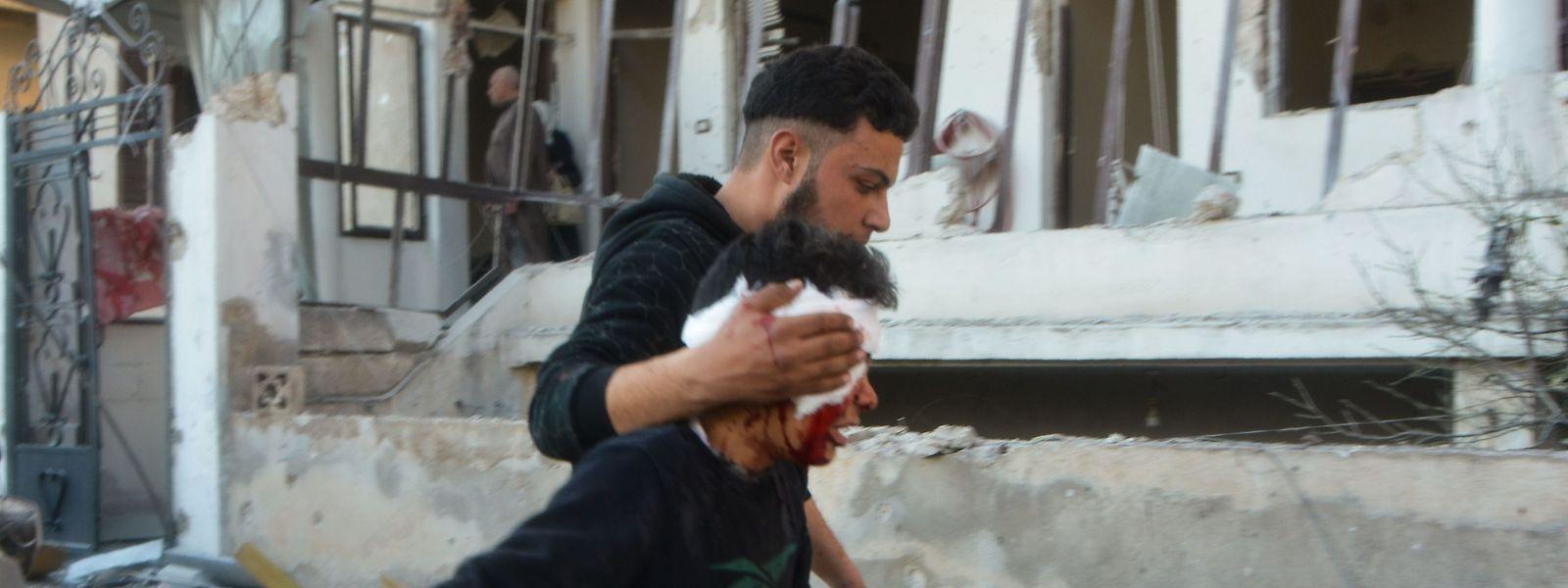 Dans la ville de Maarrat Misrin dans la province d'Idlib, évacuation d'un garçon blessé lors d'une attaque de l'armée syrienne.