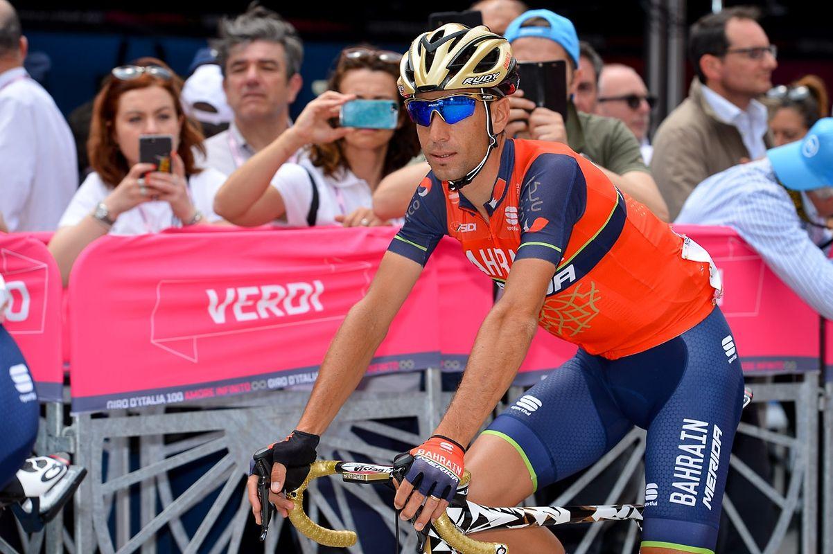 Vincenzo Nibali (I/Bahrain) auf dem Weg zum Start.