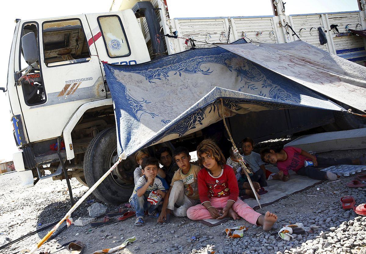 Un camp de réfugiés syriens au nord de Beyrouth. Contrairement à ce que l'on peut observer en Turquie, avec ses villages de tentes bien alignées, l'habitat des réfugiés au Liban est de type «sauvage»: les réfugiés à leur arrivée installent eux-mêmes leurs campements.