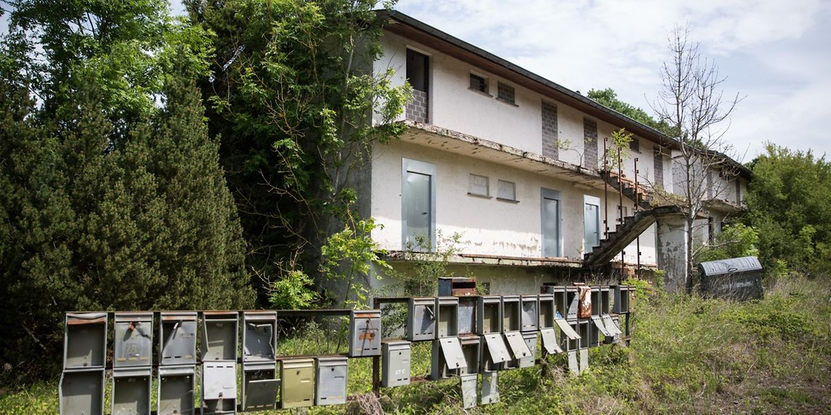Ein gewohntes Bild in der Cité Syrdall: verlassene Gebäude, hohes Gestrüpp, aufgeklappte und zugewachsene Briefkästen.