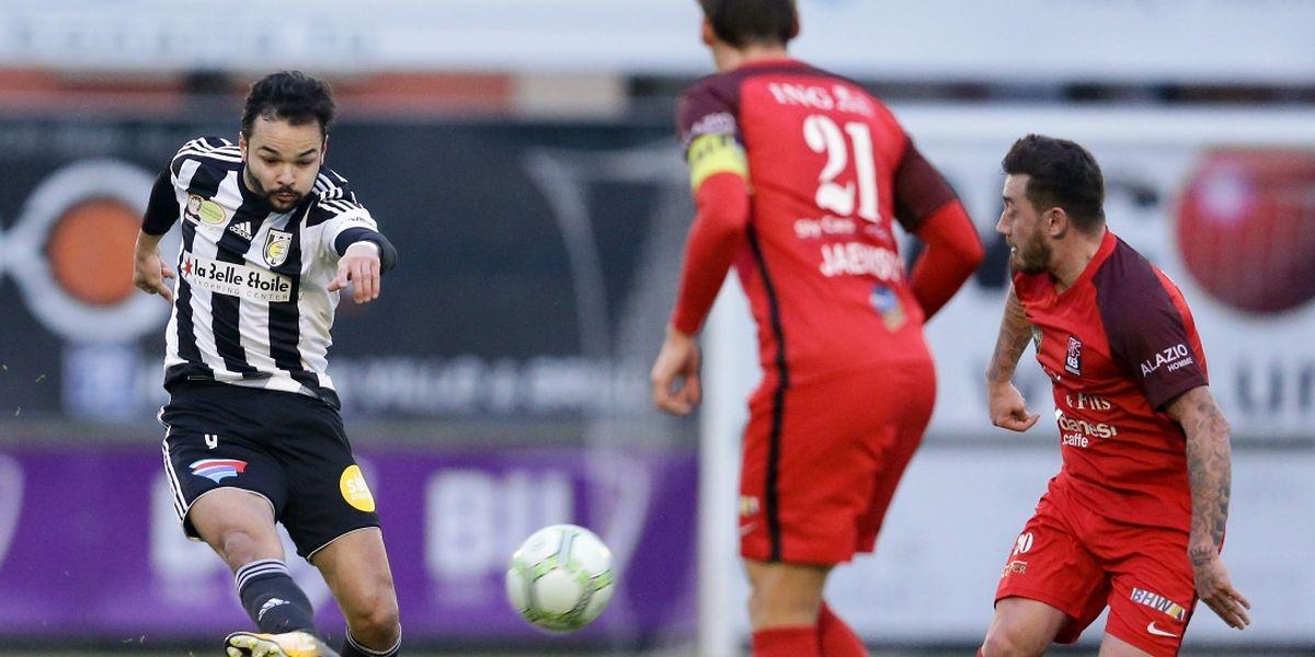 Antonio Luisi tente sa chance. En vain. L'attaquant de la Jeunesse n'a pas trouvé le chemin des filets contre Differdange.