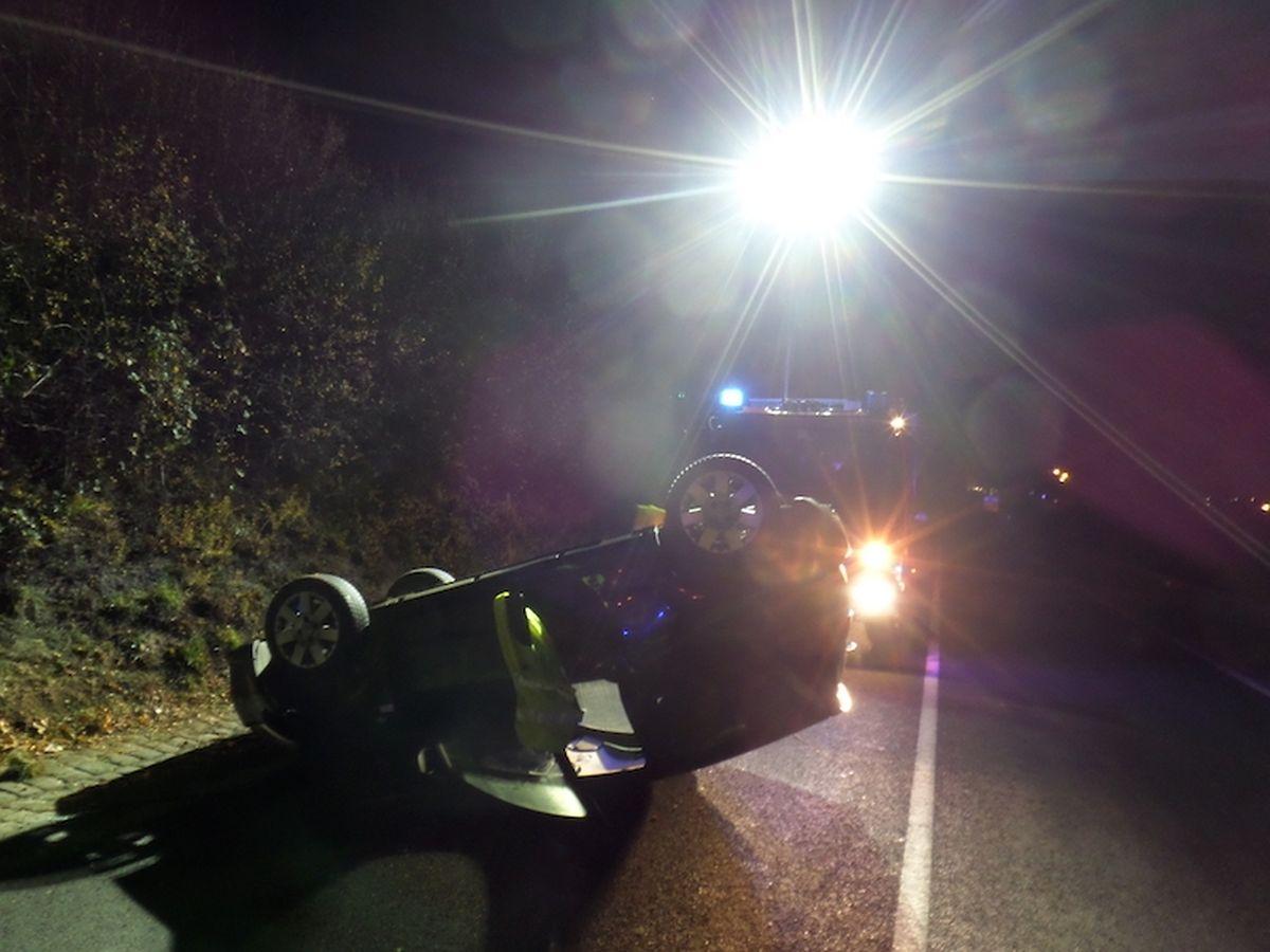 Nach der Bergung des Unfallwagens musste die Fahrbahn gereinigt werden, weil Öl ausgetreten war.