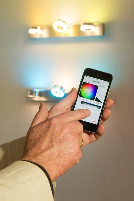 Über das Smartphone fernsteuerbare Lampen sind ein Einstieg in die Welt des vernetzten Heims.