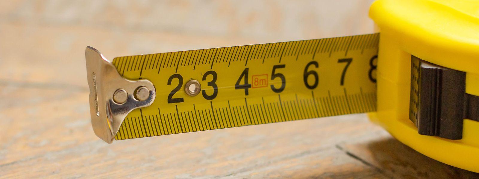 Maßbänder werden häufig genutzt, aber wozu dienen eigentlich der Metallwinkel und das verscchiebbare Ende?
