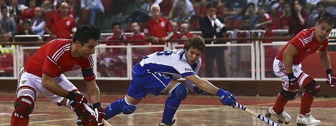 Valter Neves (benfica), disputa a bola com o jogador do FC Porto, Hélder Nunes