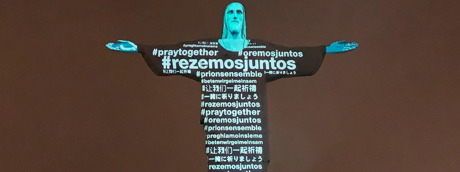 Le Christ Rédempteur arbore un message de soutien à tous les pays dans leur lutte contre le coronavirus dans la nuit carioca
