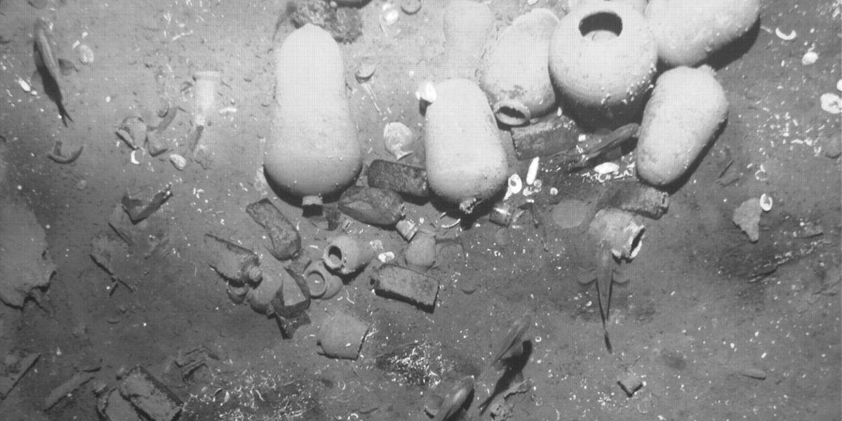 Auf diesem Foto von dem gefundenen Wrack sieht man Keramikgefäße. Die wirklich wertvolle Ladung dürfte auf den tieferen Decks liegen.