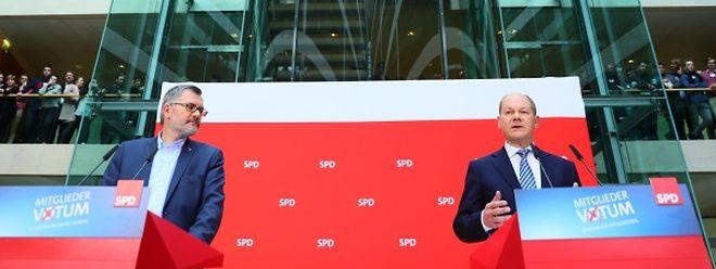 Der Chef der Mandatsprüfungs- und Zählkommission, Schatzmeister Dietmar Nietan (l) und Olaf Scholz, stellvertretender SPD-Vorsitzender und Erster Bürgermeister von Hamburg, verkünden das Ergebnis des SPD-Mitgliedervotums in der SPD-Zentrale.