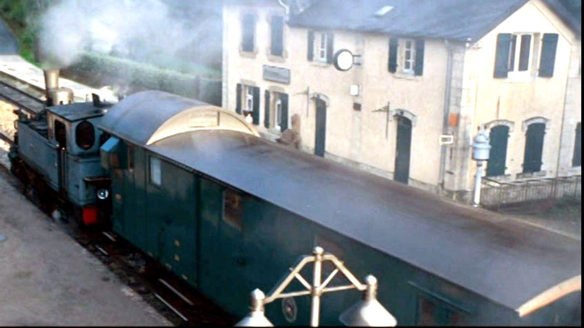 Pour les besoins du film «Egon Schiele: Tod und Mädchen» , le bâtiment du Fond-de Gras s'est transformé en gare de Krumau, une ville aujourd'hui située en République tchèque: l'illusion voulue, recherchée est parfaite.