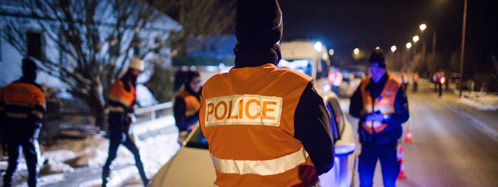 Polizisten unter Druck: Laut Polizeigewerkschaft werden vielen Beamten unter dem Vorwand von Bereitschaftsdiensten regelmäßige Doppelschichten aufgezwungen. Die Polizei verstoße in Personalfragen in vielerlei Hinsicht gegen das Gesetz.