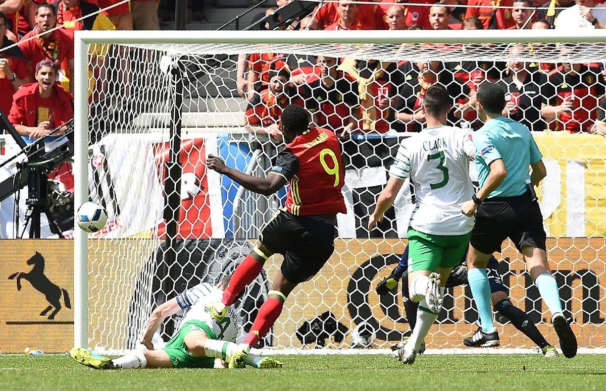 Romelu Lukaku contrôle la balle et l'envoie au fond des filets en l'ajustant à ras du portique.