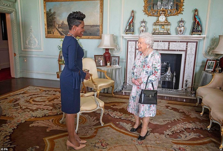 A rainha com Kisha Alexander-Grant, do Alto Comissariado de Grenada para o Reino Unido, em outubro.