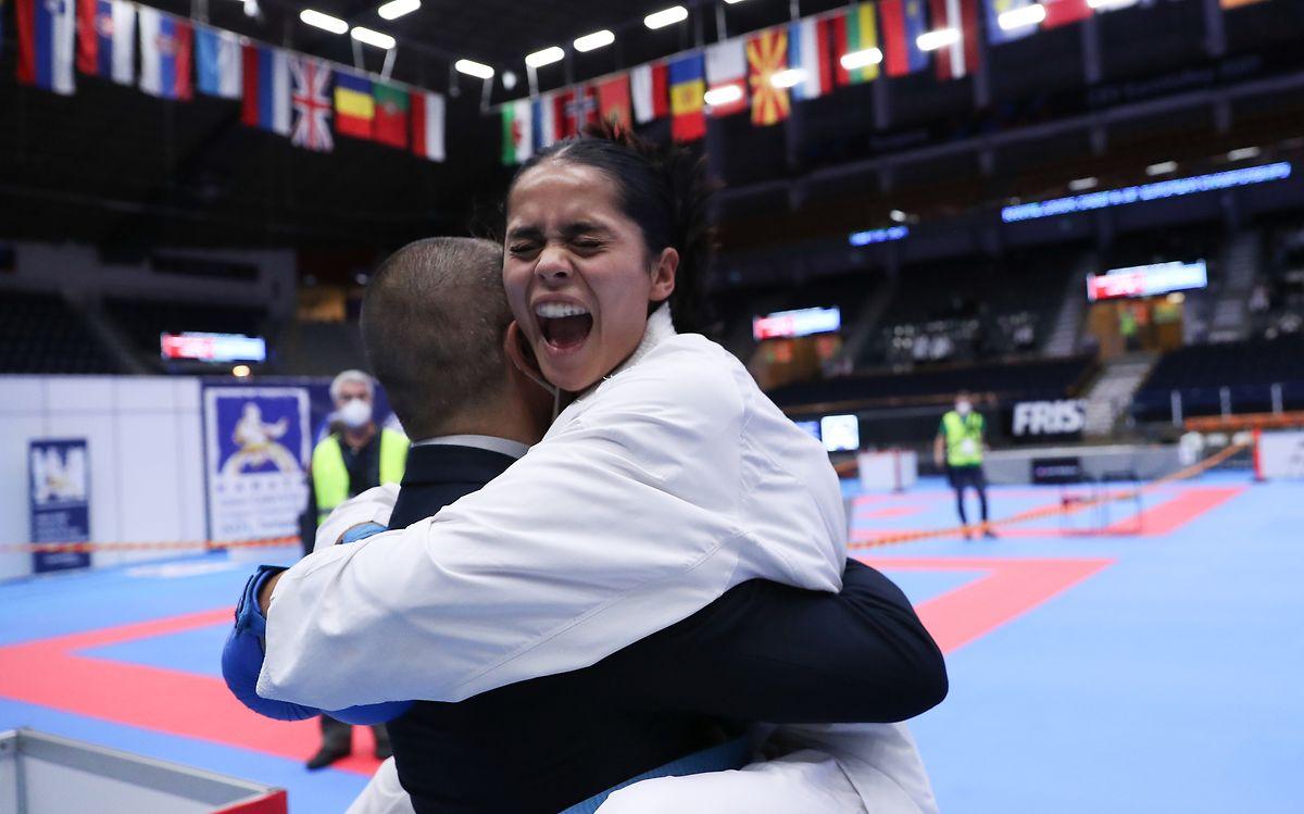 Nach dem Finale fällt Kimberly Nelting ihrem Trainer Leo Salvatore in die Arme.