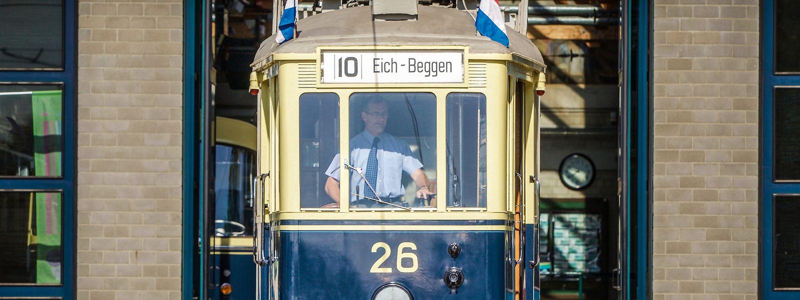 """Fahren kann die alte Tram 26 noch, wenn auch nur als Modellwaggon auf Schienen vor dem Museum: Romain Rech, Verantwortlicher des """"Tramsmusée"""" holt für Besucher das alte Stück gerne hervor."""