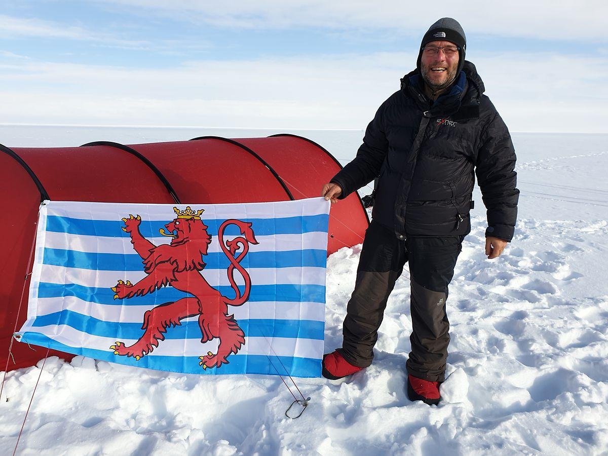 """Der """"Roude Léiw"""" im Tiefschnee: Kurz vor der Ankunft in Qaanaaq im Norden Grönlands hisste Patrick Peters die Luxemburger Flagge."""