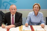 Wi , Unterzeichnung  Konvention Union Luxembourgeoise des Consommateurs ULC  mit Regierung , vlnr Nico Hoffmann , Paulette Lenert ,  Foto:Guy Jallay/Luxemburger Wort