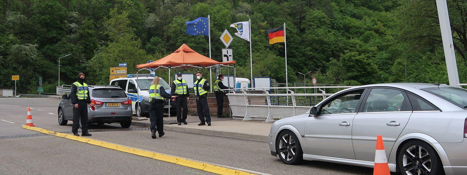 Polizisten an der Moselbrücke bei Grevenmacher: Nach Ansicht der Bürgermeister an Our, Sauer und Mosel hat die Grenzschließung erheblichen Schaden angerichtet.
