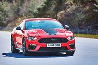 """Der Ford Mustang Mach 1 ist in knalligem Rot, in einem nostalgischen Orangeton und in Kanarienvogelgelb erhältlich. Für Fahrer, die es weniger auffällig mögen, steht auch die Farbe """"Kampfjet-Grau"""" zur Auswahl."""