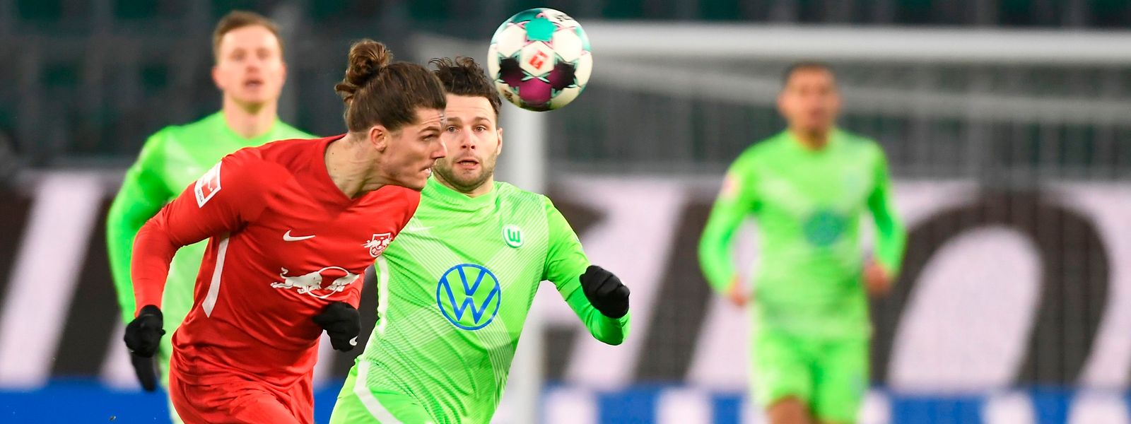 Marcel Sabitzer und Leipzig (vorne), hier gegen Wolfsburgs Renato Steffen, haben zum zweiten Mal in Folge nicht gewonnen.