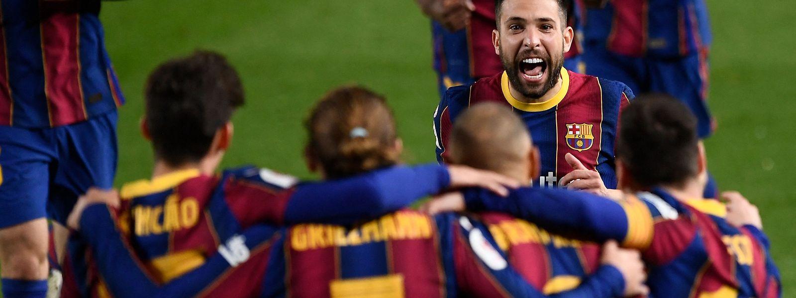 Die Spieler des FC Barcelona bejubeln den Treffer zum 3:0.