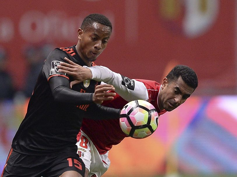 Sporting de Braga player Marcelo Goiano (R) in action against Benfica's player Andre Carrillo during the Portuguese First League soccer match between SC Braga and SL Benfica, held at Braga Municipal Stadium, in Braga, Portugal, 19 February de 2017. HUGO DELGADO/LUSA