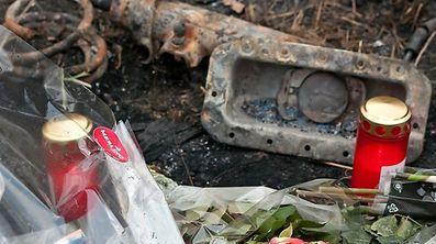 Des fleurs et des bougies avaient été déposées sur le site où avait été découvert la voiture brûlée de la jeune femme près de Roussy-le-Village.