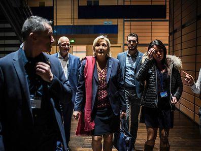 Marine Le Pen (Mitte) und ihre Mitarbeiterin Catherine Griset (2. von links) geraten tiefer in den Strudel der Affäre um fiktive Jobs.