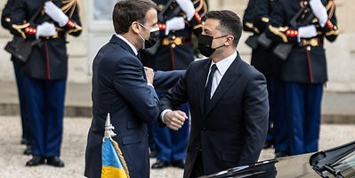 French President Emmanuel Macron (l) welcomed Ukrainian President Volodymyr Zelensky to Paris on Friday.