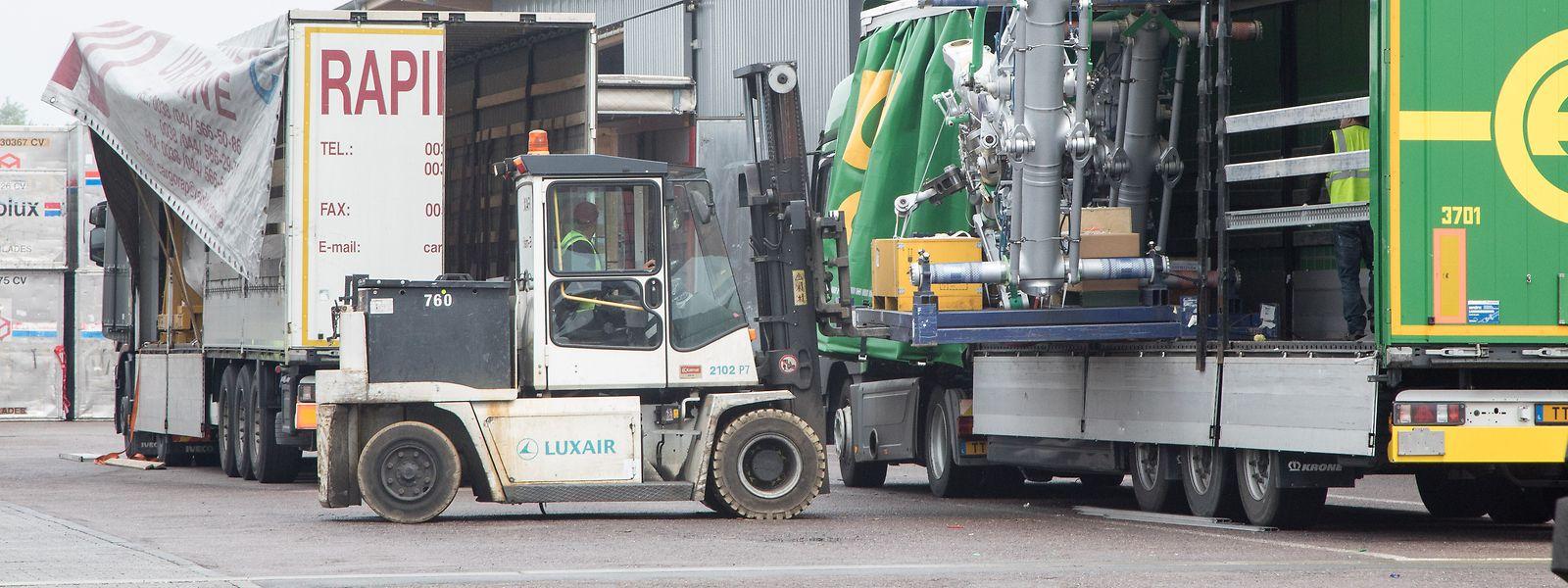 Lastwagen werden am Flughafen be- und entladen: Das Frachtaufkommen hat sich nach einem Einbruch inzwischen normalisiert.