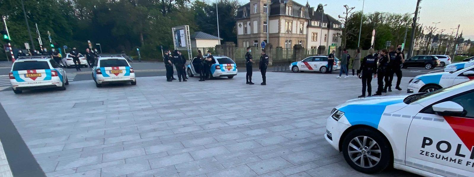 Mit zahlreichen Einsatzfahrzeugen war die Polizei am Abend vor dem Feiertag vor Ort.