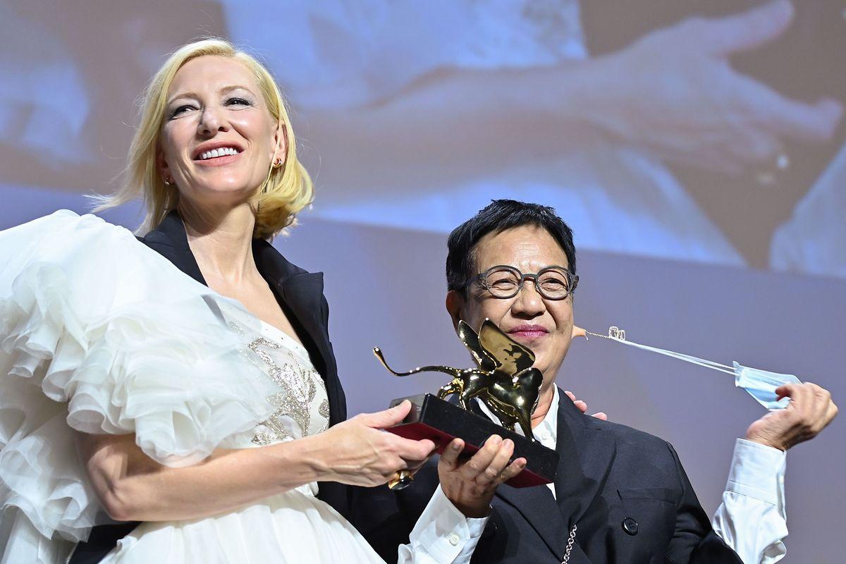 A realizadora Ann Hui recebe o Leão de Ouro Carreira da atriz Cate Blanchett, presidente do júri deste ano.