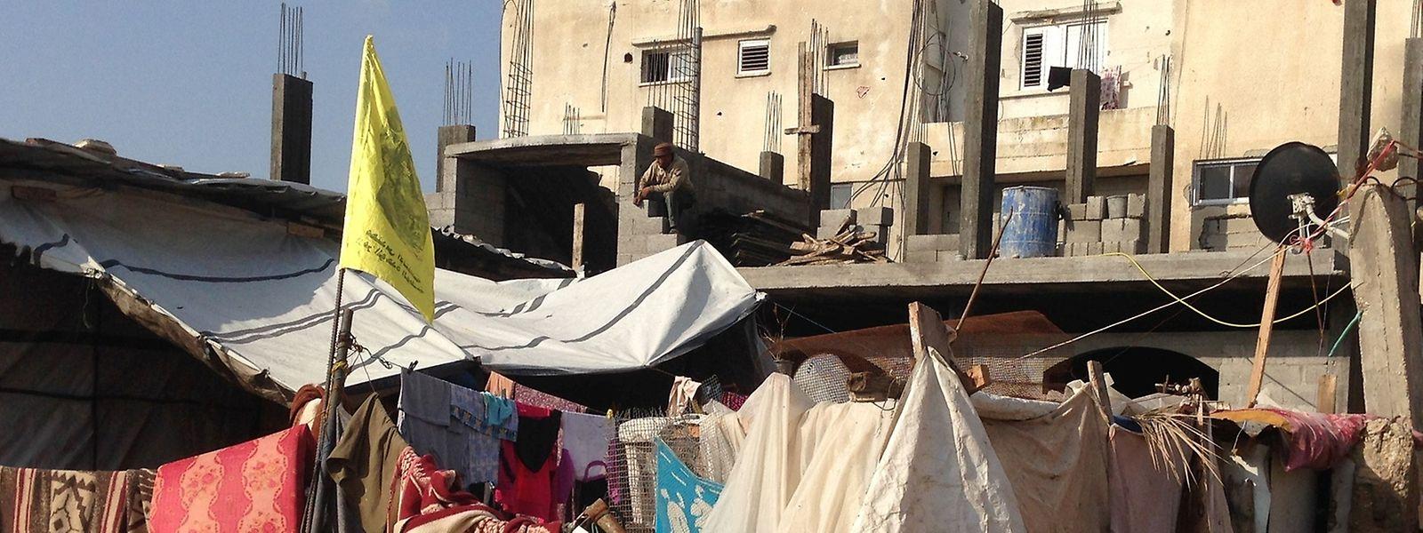 Des tapis, des couvertures et quelques toiles pour remplacer l'habitat détruit. Gaza se reconstruit lentement, avec des bouts de ficelle.
