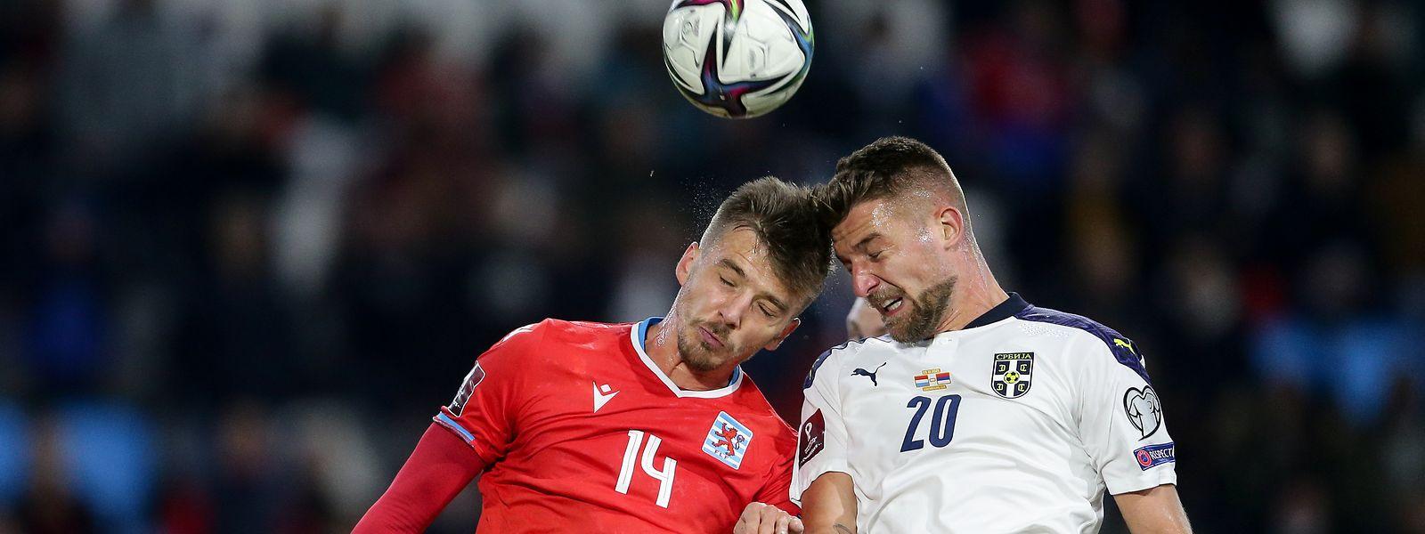 Maurice Deville kann sich mit der FLF-Auswahl nicht gegen Serbien um Sergej Milinkovic-Savic (r.) durchsetzen.