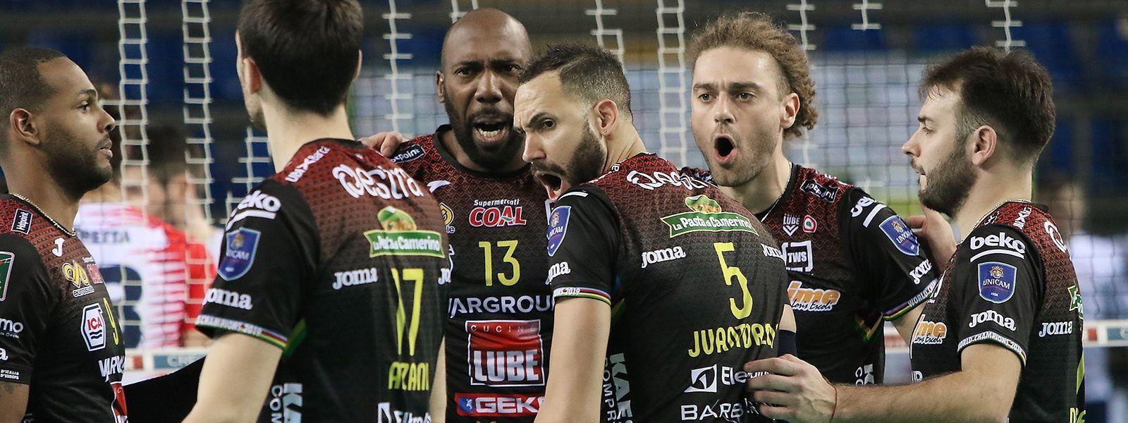 Kamil Rychlicki (2.v.r.) und seine Teamkollegen wollen es nicht beim Pokaltitel belassen.