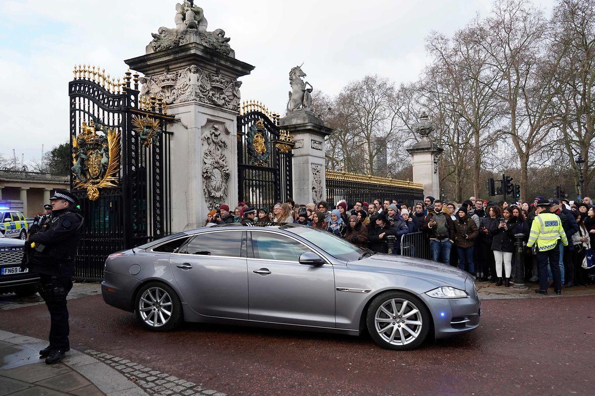 Premierminister Boris Johnson verlässt das Gelände des Buckingham Palace nach einer Audienz bei der Queen.