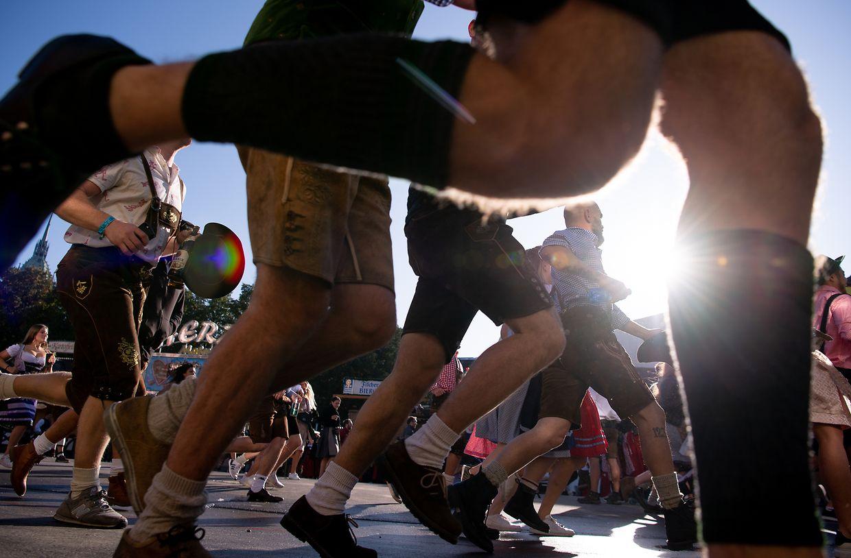 München (D). Auftakt zum Oktoberfest. Die ersten Wiesnbesucher rennen zu den Festzelten. Das größte Volksfest der Welt dauert bis zum 6. Oktober. Foto: Sven Hoppe/dpa