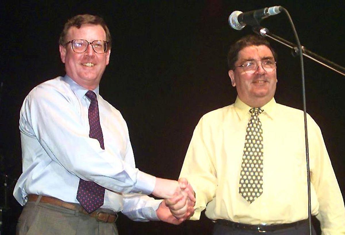 19. Mai 1998: David Trimble, ehemaliger Chef der protestantischen Ulster Unionist Party (UUP), zusammen mit John Hume, Sozialdemokratischen Partei (SDLP).