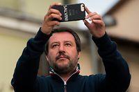 12.05.2019, Italien, Settimo Torinese: Matteo Salvini, Innenminister von Italien, macht während des Wahlkampfes ein Foto mit seinem Smartphone. In der Region Piemont in Italien finden am 26. Mai 2019 die Regionalwahlen statt. Salvini hat der deutschen Hilfsorganisation Sea-Watch mit der Blockade ihres Rettungsschiffes gedroht. Foto: Stefano Guidi/ZUMA Wire/dpa +++ dpa-Bildfunk +++