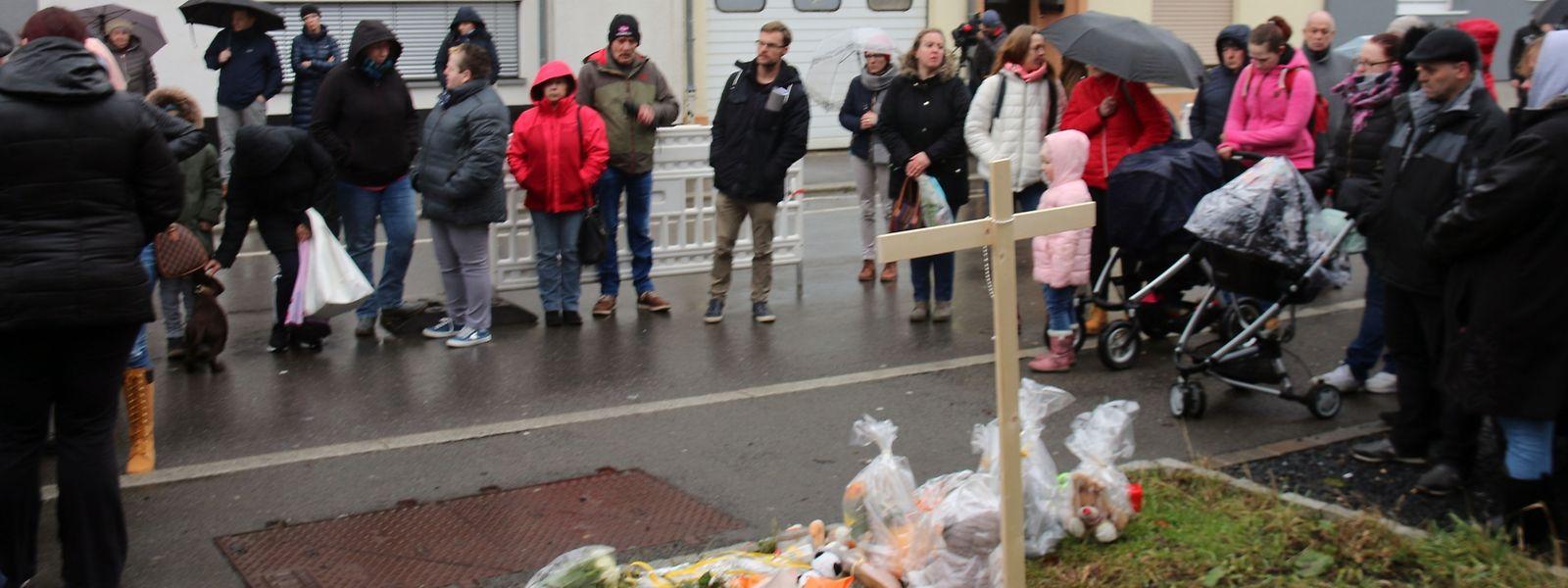 Des fleurs, des bougies et des messages ont été déposés sur les lieux du drame