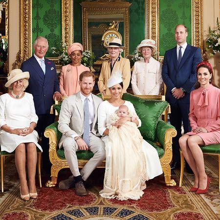 Sie waren dabei (v. l. n. r.): Herzogin Camilla, der britische Thronfolger Prinz Charles, Doria Ragland, Prinz Harry, Lady Jane Fellows, Herzogin Meghan, die ihren Sohn Archie Harrison Mountbatten-Windsor in den Armen hält, Lady Sarah McCorquodale, Prinz William und Herzogin Kate.