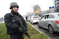 Members of the German police searches all the vehicles driving towards the border between France and Germany at the German bordering city of Kehl, on December 12, 2018, in order to find the gunman who opened fire near a Christmas market the night before, in Strasbourg, eastern France. - Hundreds of security forces were deployed in the hunt for a lone gunman who killed at least three people and wounded a dozen others at the famed Christmas market in Strasbourg, with the French government raising the security alert level and reinforcing border controls. (Photo by Frederick FLORIN / AFP)