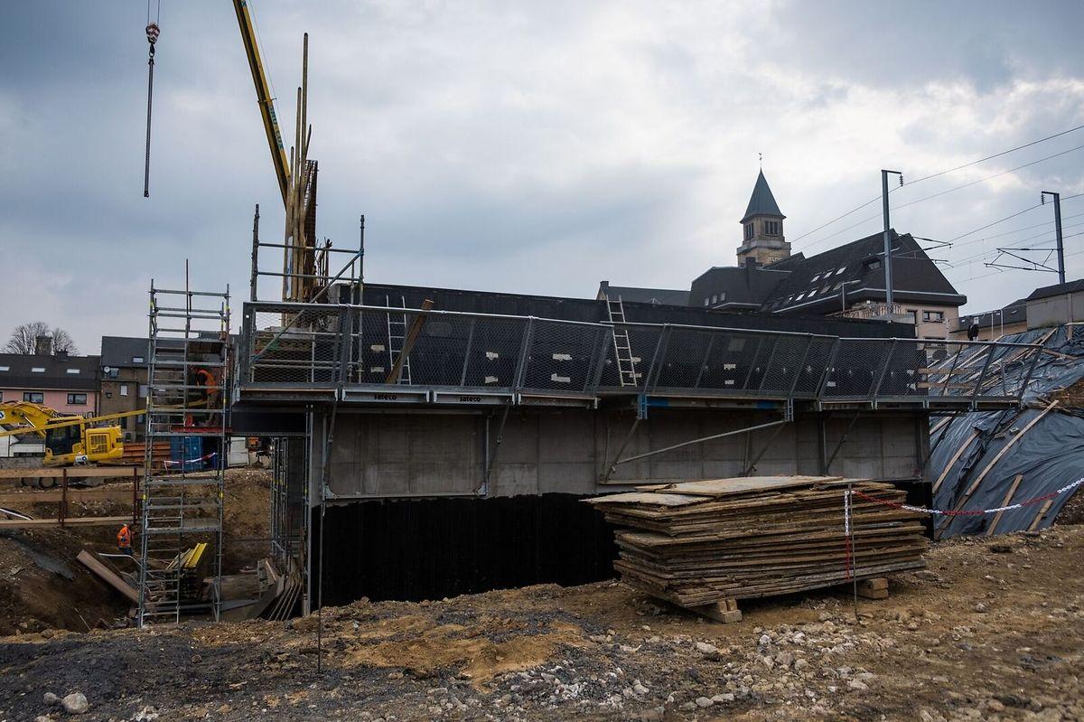 Am Ostersonntag wird diese 1400 Tonnen schwere Betonstruktur unter die Bahnstrecke geschoben.