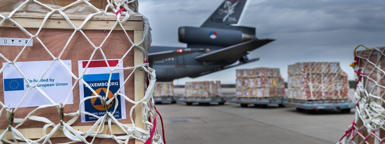 Die Respiratoren wurden in Eindhoven in ein niederländisches Mlitärflugzeug geladen.