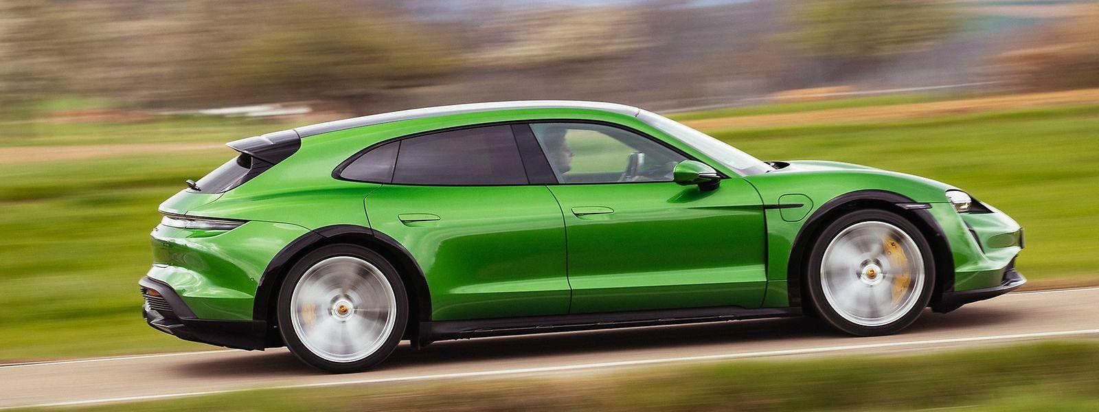 Dank Allradantrieb und adaptiver Luftfederung sorgt das neue High-Tech-Fahrwerk des Porsche Taycan Cross Turismo auch abseits befestigter Straßen für Dynamik.