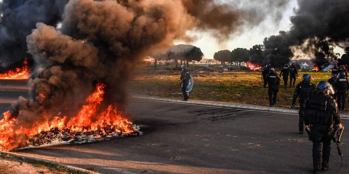 Vinci Autoroutes dénonce également «des dizaines d'actes de vandalisme» dont des dégradations commises sur des caméras de sécurité, des glissières et des panneaux de signalisation, et «des centaines de tonnes de détritus enlevés» autour des «campements» construits par les manifestants.