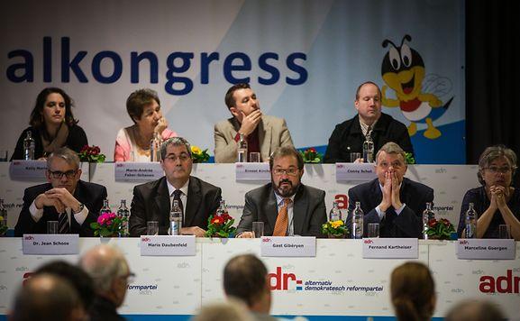 Zwischen Populismusvorwurf und politischer Aufbruchstimmung: Die ADR-Führung auf dem Parteitag in Schoos.