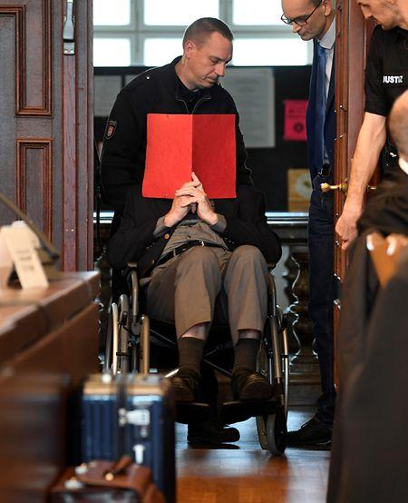 Ein 93 Jahre alter ehemaliger SS-Wachmann des Konzentrationslagers Stutthof bei Danzig wird im Landgericht in einen Gerichtssaal geschoben.